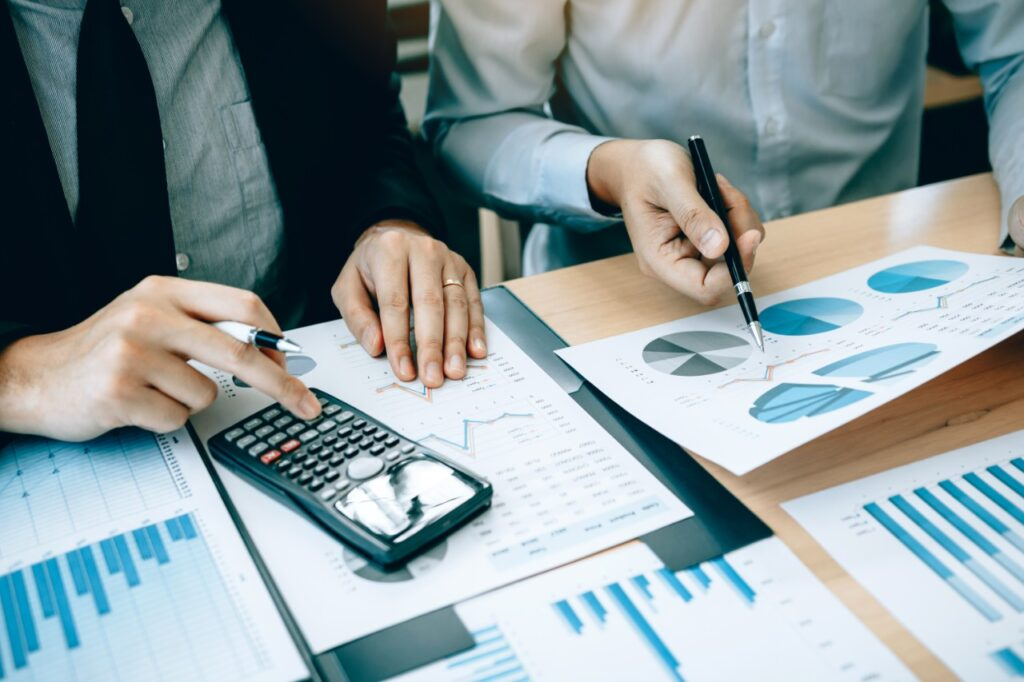 Imagem demonstrando empresários fazendo cálculos para ilustrar o Novo REFIS